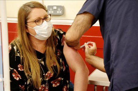 İngiltere'de aşının orucu bozacağını düşünenler için gece hizmet veren merkezler kuruldu
